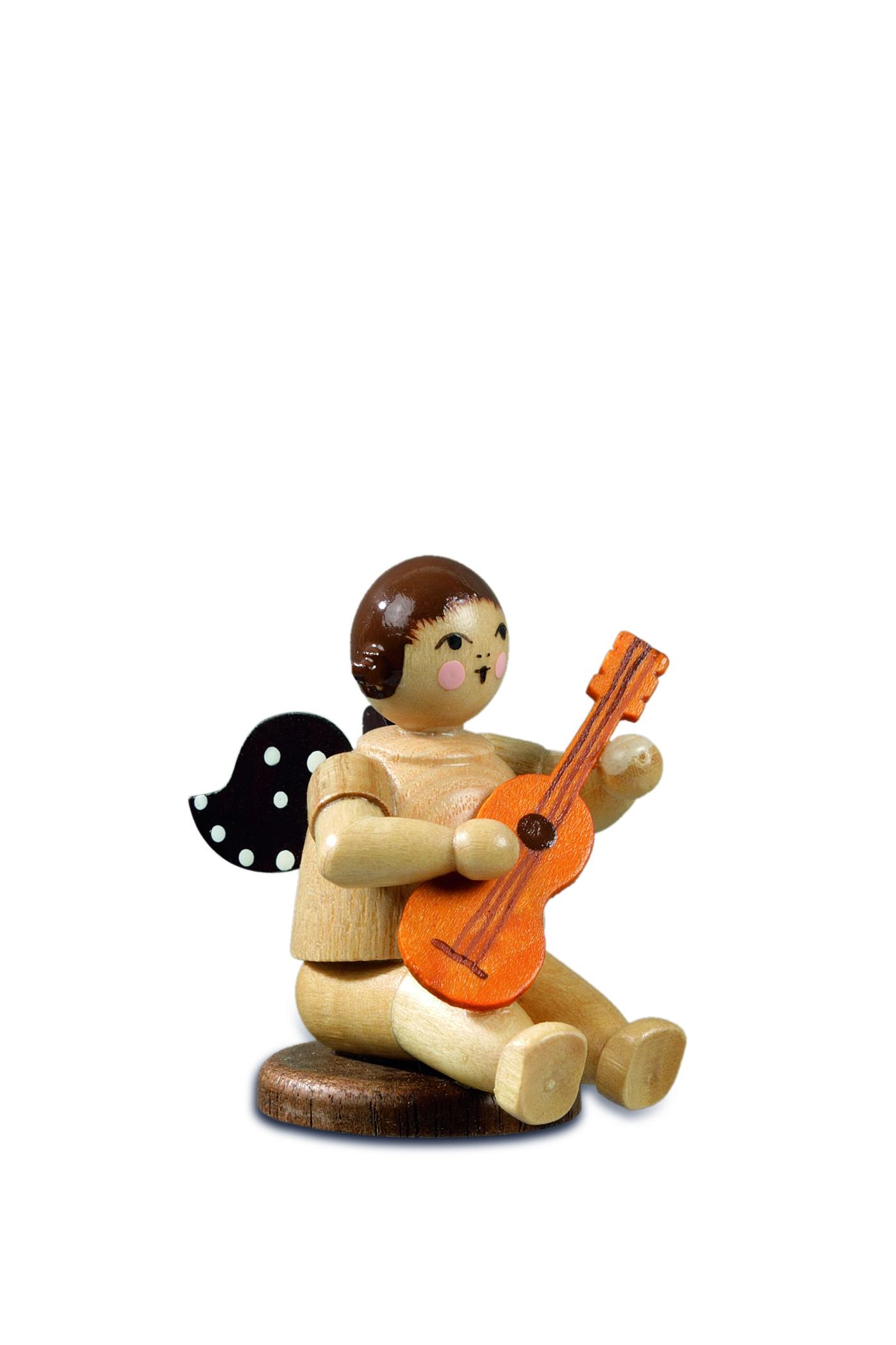 Engel flach sitzend mit Gitarre natur