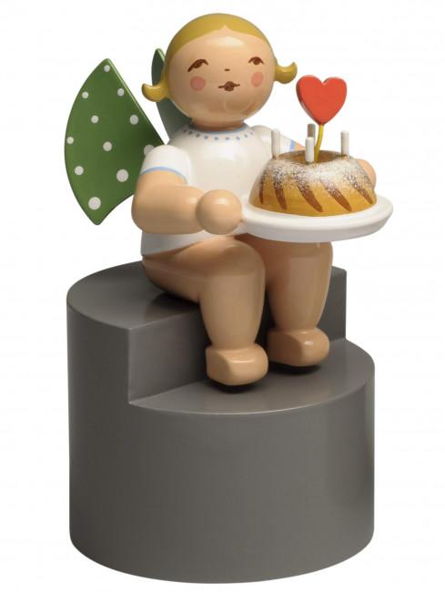 Engel mit Kuchen und Herz auf Podest