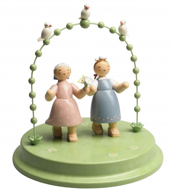 Liebespaar im Bogen mit drei Täubchen, zwei Damen