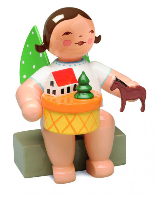Engel im Spielzeugdorf, sitzend, braunes Haar