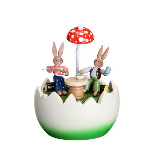 Spieldose Hasenpaar unterm Sonnenschirm im Ei