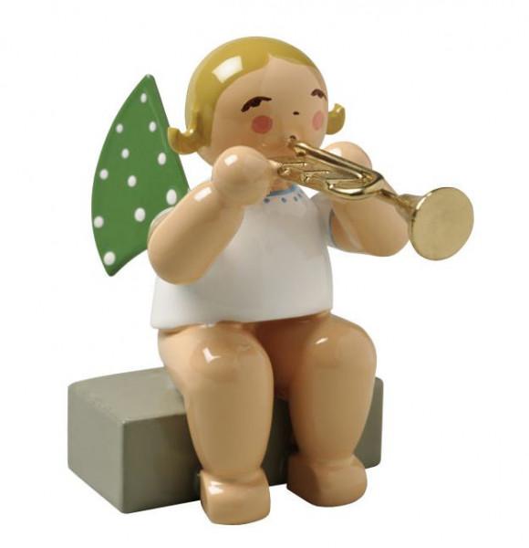 Engel mit Trompete sitzend, blondes Haar