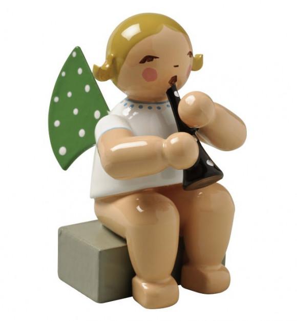 Engel mit Klarinette sitzend