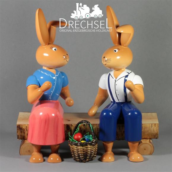 Osterhasenpaar auf Bank, 21 cm