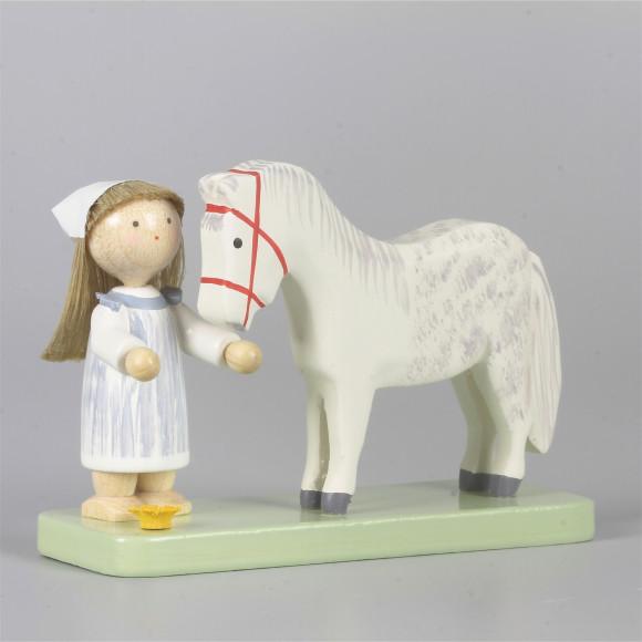 Kleines Mädchen mit Pferdchen