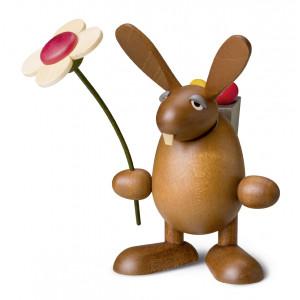 Osterhase mit Blume, stehend