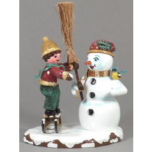 Winterkinder Junge mit Schneemann