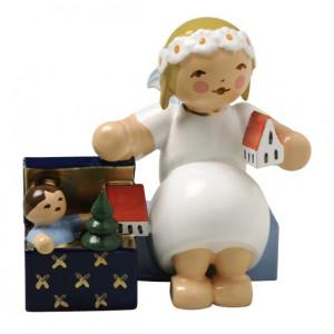 Margeritenengel sitzend mit Spielzeugkiste