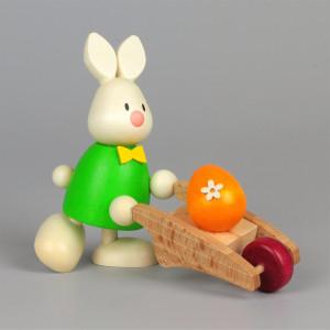 Osterhase Kaninchen Max mit Schubkarre und Ei
