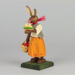 Osterhasenmädchen mit Osterlamm