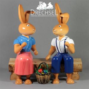 Hasenpaar auf Bank, 100 cm