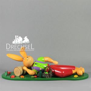 Osterhase liegend auf Wiese, 25 cm