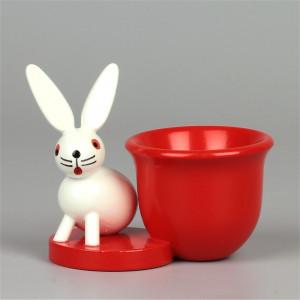 Eierbecher rot mit Hase sitzend