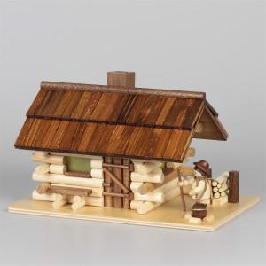Räucherhaus Blockhaus Waldhütte mit Waldarbeiter