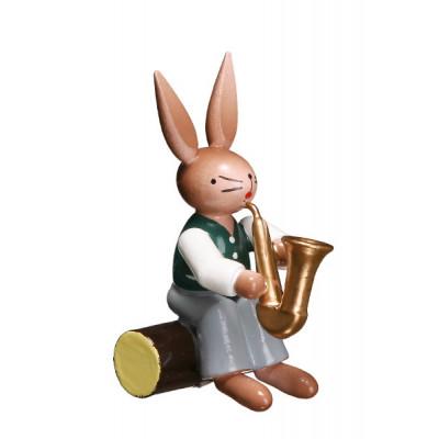 Hase auf Stamm mit Saxophon