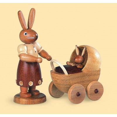 Hasenmutter mit Kinderwagen