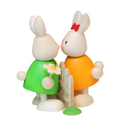 Osterhasen Kaninchen Max und Emma küssend am Gartenzaun