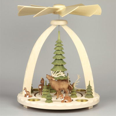 Geschnitzte Teelichtpyramide Hirsche mit grünen Bäumen - 37 cm