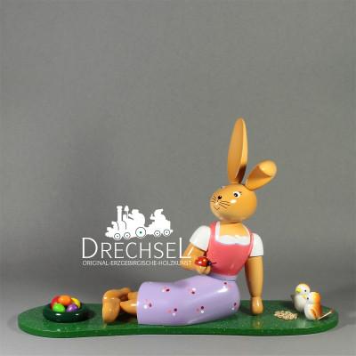 Osterhäsin auf Wiese, 25 cm
