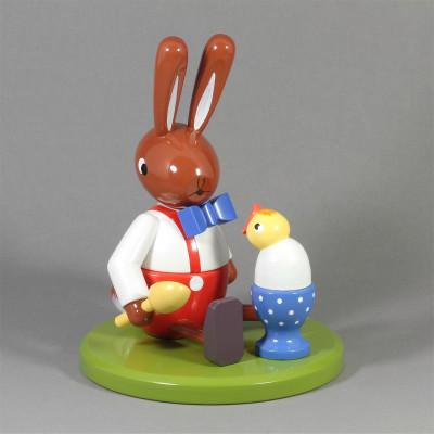Osterhase sitzend mit Ei und Küken, groß