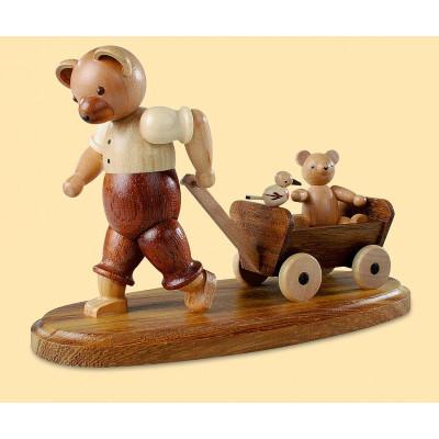 Bärenvater mit Kind auf Bollerwagen