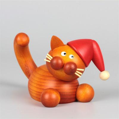 Weihnachtskater Charlie auf der Lauer
