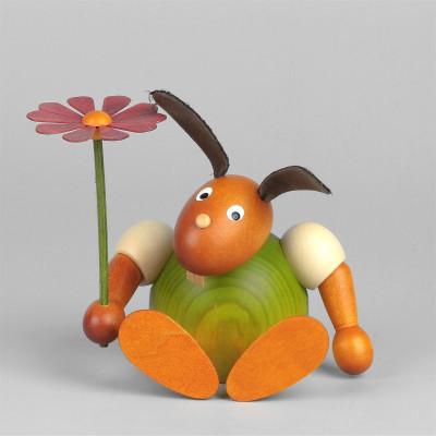 Hase mit Blume sitzend, grün, 11 cm